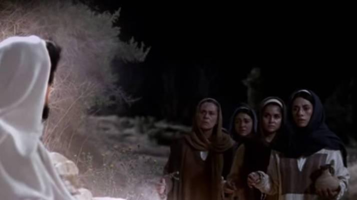 Resultado de imagen para Texto del Evangelio (Mt 28,8-15): En aquel tiempo, las mujeres partieron a toda prisa del sepulcro, con miedo y gran gozo, y corrieron a dar la noticia a sus discípulos. En esto, Jesús les salió al encuentro y les dijo: «¡Dios os guarde!». Y ellas se acerc